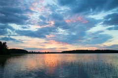 Sonnenuntergang auf Tuunaansalmi See am Abend von Juni finnland Lizenzfreie Stockfotografie