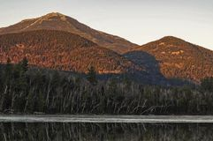 Sonnenuntergang auf Whiteface Mt mit Connery-Teich im Vordergrund in den Adirondack-Bergen des Staat New York lizenzfreies stockbild