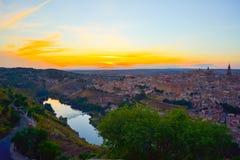 Sonnenuntergang am Ausblick von Toledo, Spanien Tajo-Fluss um die Stadt und der Alcazar und Kathedrale am Hintergrund Lizenzfreie Stockbilder