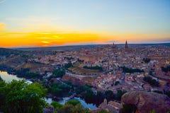 Sonnenuntergang am Ausblick von Toledo, Spanien Tajo-Fluss um die Stadt und der Alcazar und Kathedrale am Hintergrund Stockfotos
