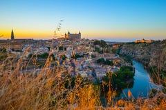 Sonnenuntergang am Ausblick von Toledo, Spanien Tajo-Fluss um die Stadt und der Alcazar und Kathedrale am Hintergrund Stockbilder