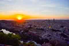 Sonnenuntergang am Ausblick von Toledo, Spanien Tajo-Fluss um die Stadt und der Alcazar und Kathedrale am Hintergrund Lizenzfreie Stockfotografie