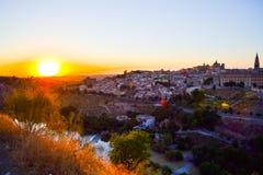 Sonnenuntergang am Ausblick von Toledo, Spanien Tajo-Fluss um die Stadt und der Alcazar und Kathedrale am Hintergrund Lizenzfreies Stockbild