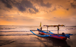 Sonnenuntergang in Bali-Strand, Indonesien Stockfotografie