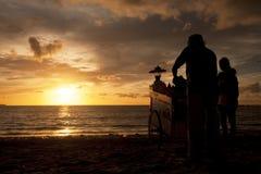 Sonnenuntergang Balis Jimbaran und Mais-Verkäufer stockfotos