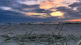 Sonnenuntergang am baltischen Strand stock video footage