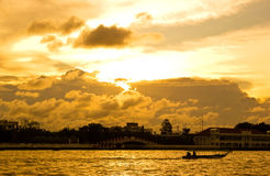 Sonnenuntergang in Bangkok in Fluss Stockfotografie