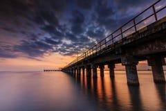 Sonnenuntergang an barombong Pier Makassar Stockfotografie