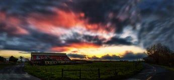 Sonnenuntergang am Bauernhof Lizenzfreies Stockfoto