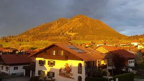 Sonnenuntergang in Bayarn lizenzfreie stockbilder