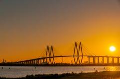 SONNENUNTERGANG BEI Fred Hartman Bridge lizenzfreie stockfotografie