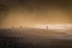Sonnenuntergang bei nebelhaftem Pebble Beach in Neuseeland stockfoto