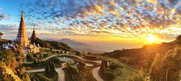Sonnenuntergang bei Phra Mahathat Napamathanidol u. bei Phra Mahathat Napaphol Phumsiri lizenzfreie stockbilder