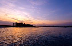 Sonnenuntergang bei Rhein nahe Köln stockbild