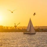 Sonnenuntergang bei San Diego Waterfront Public Park, Jachthafen und beim San D Stockbilder