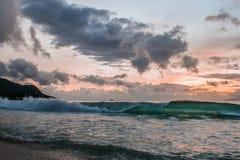 Sonnenuntergang bei Seychellen lizenzfreies stockfoto