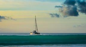 Sonnenuntergang bei Seychellen stockfotos