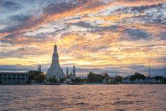 Sonnenuntergang bei Wat Arun mit goldenem Himmel in Bangkok, Thailand stockbilder