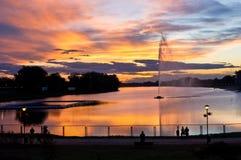 Sonnenuntergang-Beobachter durch den See Stockfoto