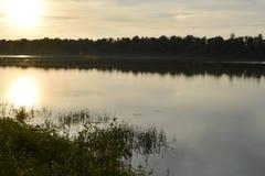 Sonnenuntergang ?ber dem Fluss stockbild