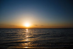 Sonnenuntergang über dem Meer, ein schöner Abendozean Lizenzfreies Stockfoto