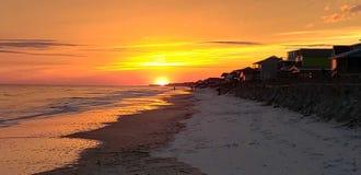 Sonnenuntergang ?ber dem Wasser lizenzfreie stockbilder