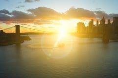Sonnenuntergang ?ber einem Manhattan lizenzfreie stockbilder