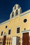 Sonnenuntergang über gelber Kirche, Fira, Santorini-Insel, Thira, Griechenland Lizenzfreies Stockfoto