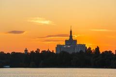Sonnenuntergang über Haus der freien Presse, Bucharest Stockfotos
