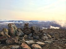 Sonnenuntergang-Bergblick mit Felszeichnung Stockbilder