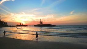Sonnenuntergang an Bintulu-Strand. Stockfotografie