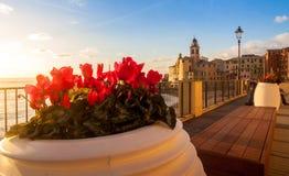 Sonnenuntergang, Blumen und Kirche auf dem Meer Stockfotografie