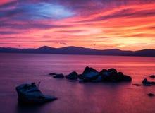Sonnenuntergang am Bonsai-Felsen, Lake Tahoe lizenzfreie stockfotos