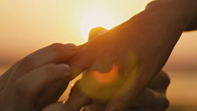 Sonnenuntergang-Braut-Bräutigam-Man Woman Marriage-Antrag-Ferien-Flitterwochen Hochzeits-Ring Put On Finger Handss rührende, Scha stock footage