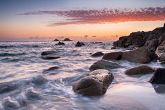 Sonnenuntergang an Bucht Porth Nanven in Cornwall Lizenzfreie Stockfotos