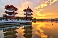 Sonnenuntergang-chinesische Garten-Zwillings-Pagode Stockbild