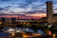 Sonnenuntergang - Cuyahoga-Fluss in im Stadtzentrum gelegenem Cleveland, Ohio Stockbild