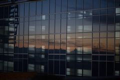 Sonnenuntergang dachte über einen hohen Aufstieg nach lizenzfreies stockfoto