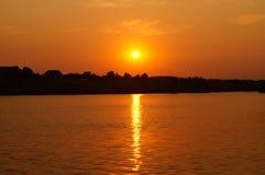 Sonnenuntergang in dem Fluss stockbild