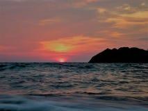 Sonnenuntergang in dem Meer mit farbigem Himmel Stockfotos