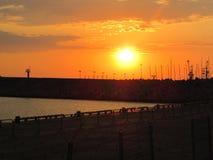 Sonnenuntergang in dem Meer, Pier lizenzfreie stockbilder