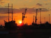 Sonnenuntergang in dem Meer, Pier lizenzfreies stockbild