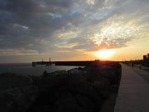 Sonnenuntergang in dem Meer, Pier lizenzfreie stockfotos