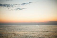 Sonnenuntergang in dem Meer stockfotografie