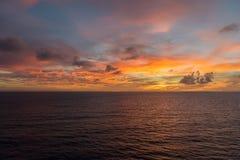 Sonnenuntergang in dem Ozean lizenzfreie stockfotos