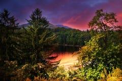 Sonnenuntergang in dem See stockbild