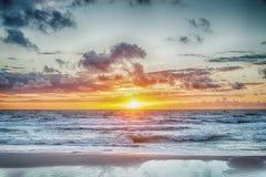 Sonnenuntergang in dem stürmischen Meer stockfotografie