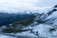 Sonnenuntergang in den Alpen und in einem See Lizenzfreie Stockfotos