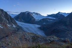 Sonnenuntergang in den Alpengebirgsreiseferien stockfotos