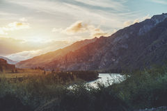 Sonnenuntergang in den Altai-Bergen nahe Katun-Fluss Lizenzfreie Stockfotografie